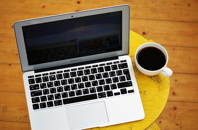 káva u notebooku
