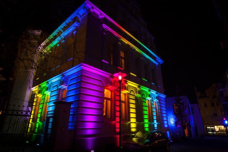 Osvetlená budova, farebné led svetlá, LED.jpg