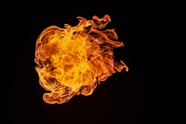 Plameň ohňa na čiernom pozadí