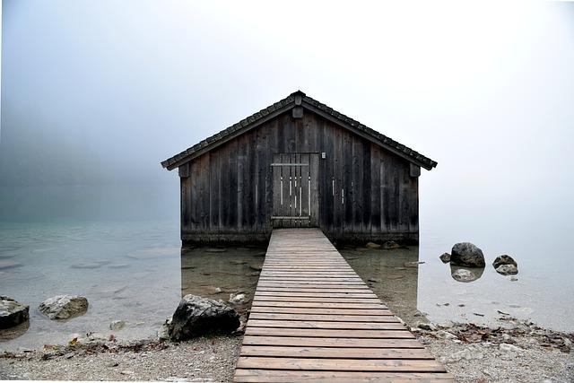 Drevená chata v hmle, postavená vo vode.jpg