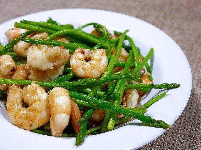 Krevety so zelenou špargľou na bielom tanieri.jpg
