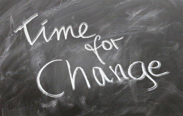Nápis kriedou na čierne tabuli – time for change.jpg