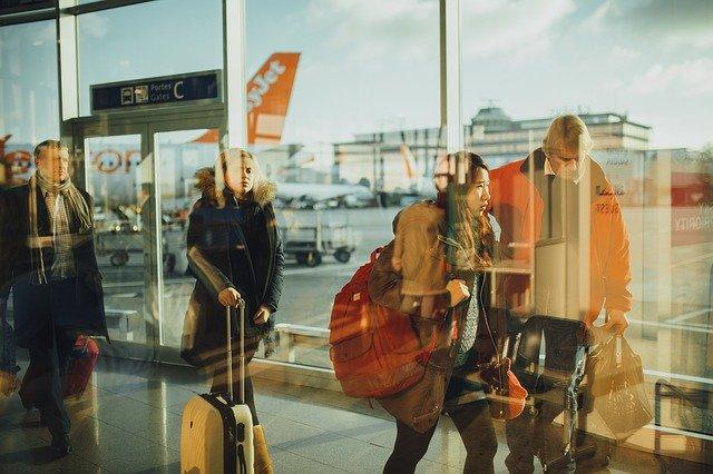 Cestujúci na letisku